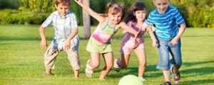 niños jugando al aire libre contra la miopía infantil